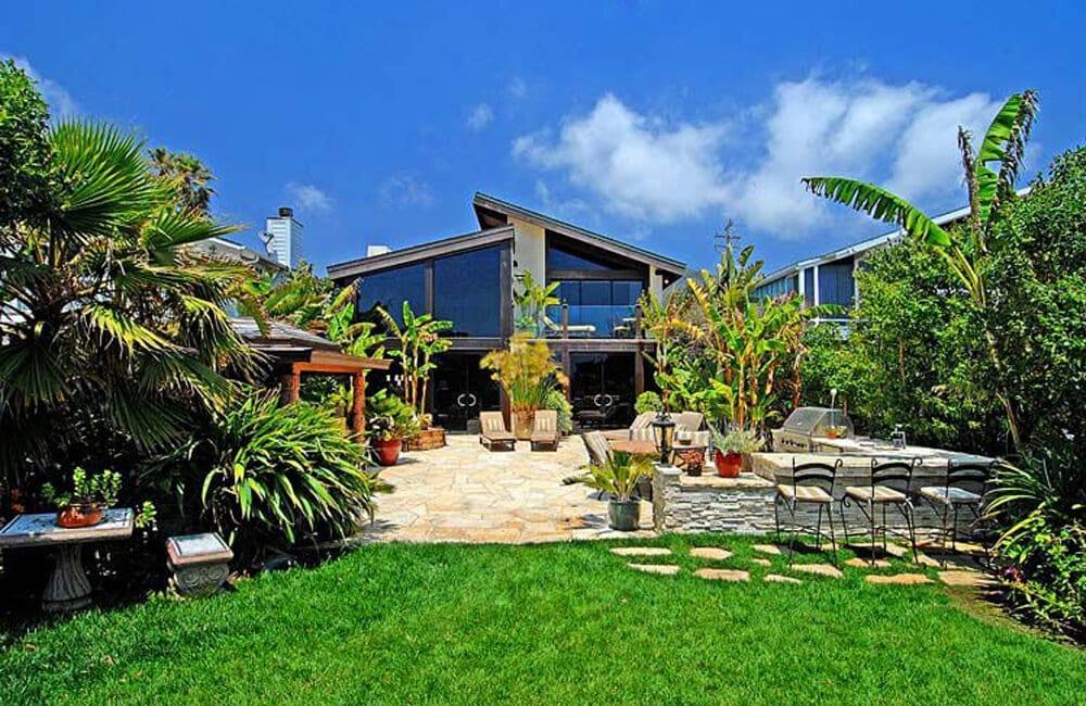 Kurt Russell and Goldie Hawn's Beach Mansion - Malibu, California @Propsavvy / Pinterest.com