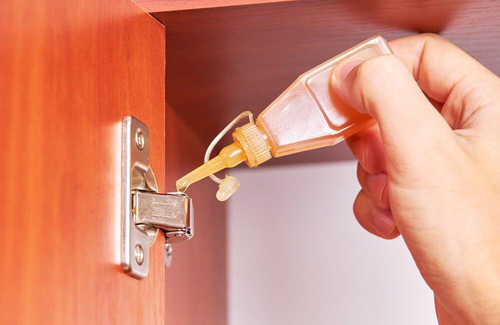 Quiet a squeaky door or cabinet ©monte_a / Shutterstock.com